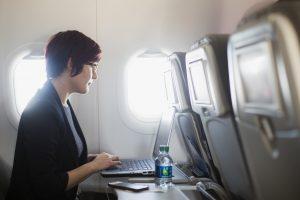Kas žinoma apie draudimus orlaivių salonuose vežti kompiuterius?