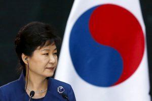 """Pietų Korėjos prezidentė """"kukliai"""" priėmė netikėtą savo partijos pralaimėjimą"""