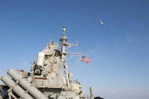 """Rusija """"parodė raumenis"""" skrydžiais virš JAV karinio laivo Baltijos jūroje"""
