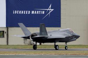 """D.Trumpo pranešimas tviteryje nusmukdė """"Lockheed Martin"""" akcijų kainas"""