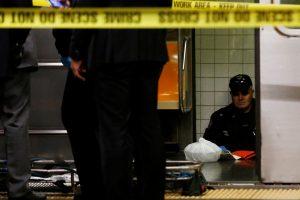 Niujorke žuvo prieš artėjantį traukinį ant bėgių nustumta moteris
