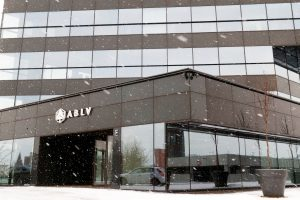 Smarkiai apribota antro pagal dydį Latvijos banko veikla, vadovas – jau laisvėje