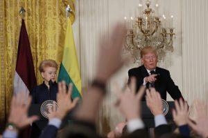 Žiniasklaida: Baltijos šalių vadovai nepatogiai mindžikavo greta D. Trumpo