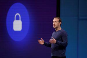 """""""Facebook"""" vadovas: interneto bendrovės """"ginkluojasi"""" kovai už demokratiją"""