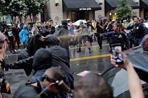 Vašingtone surengtos neonacių eitynės nublanko prieš oponentų demonstraciją