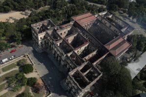 Po gaisro Rio de Žaneiro muziejuje ieškoma išlikusių vertybių