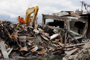 Indonezijoje nutraukiamos po žemės drebėjimo ir cunamio vykdytos aukų paieškos