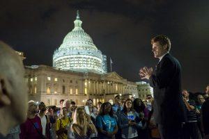 JAV demokratai neįprastu protestu reikalauja griežtesnės ginklų kontrolės