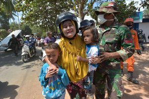 Pakartotinis žemės drebėjimas Indonezijoje: žuvo mažiausiai 319 žmonių
