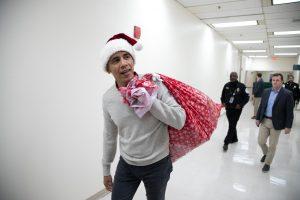 Kalėdų Seneliu persirengęs B. Obama dalijo vaikams dovanas