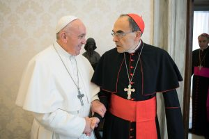 Popiežius nepriėmė lytinių nusikaltimų dangstymu kaltinamo kardinolo atsistatydinimo