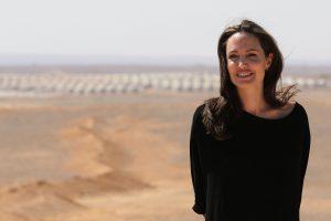 A. Jolie derasi dėl vaidmens filme apie numušto sraigtasparnio pilotę