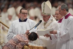 """Popiežius pasmerkė orumą """"nukryžiuojančią"""" korupciją"""