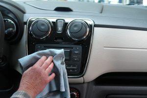 Kaip iš automobilio vidaus panaikinti blogą kvapą ir drėgmę?