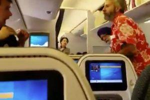Japonų policija dėl muštynių lėktuve areštavo girtą amerikietį