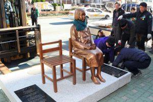 """Japonija dėl ,,paguodos moters"""" statulos atšaukė savo ambasadorių Pietų Korėjoje"""
