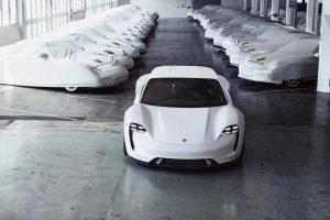 """""""Porsche"""" investuos į hibridinių ir elektrinių automobilių gamybą"""