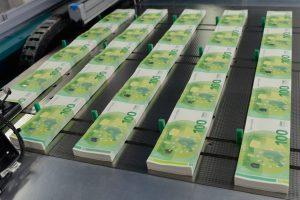 Naujieji 100 ir 200 eurų banknotai – kitų metų gegužę