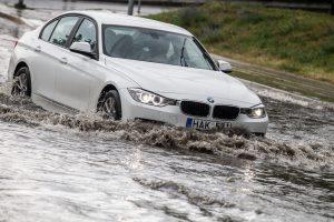 Bandymas įveikti balą automobiliu gali kainuoti ir 10 tūkst. eurų