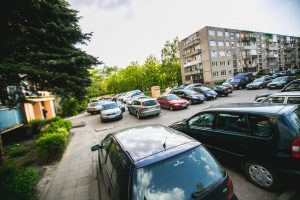 Kaip apriboti svetimų automobilių parkavimą kieme?