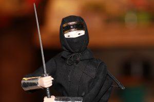 Pavydi amerikietė mėgino sukapoti savo draugą samurajų kardu