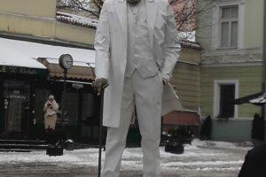 """Praeivius prie filharmonijos linksmino J. Basanavičius ant """"riedlentės"""""""