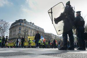 """Per 19-ąją """"geltonųjų liemenių"""" protesto akciją neapsieita be susirėmimų"""