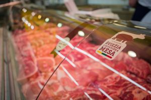 Šviežios mėsos skyriuose vištiena pagaliau pralenkė kiaulieną