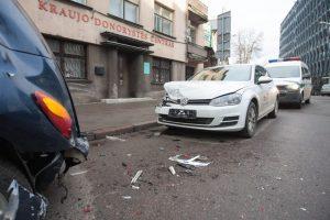 """Kauno centre užsienietis sudaužė išsinuomotą """"CityBee"""" automobilį"""