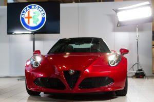 """Lietuvoje pristatytas grakštus ir galingas """"Alfa Romeo"""" kabrioletas """"4C Spider"""""""