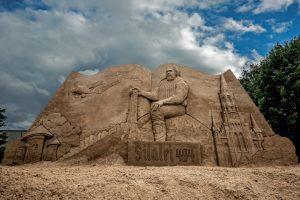Šilalės centrą puošia žymių smėlio skulptorių darbas