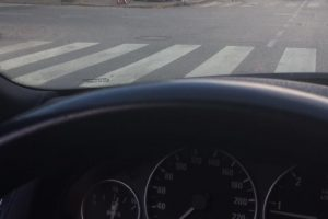 BMW automobilis rėžėsi į namo sieną