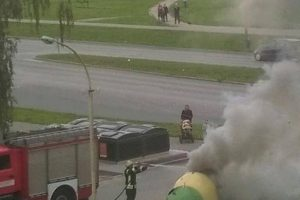 Ugniagesiai skubėjo gesinti V. Krėvės prospekte smilkstančio šiukšlių konteinerio