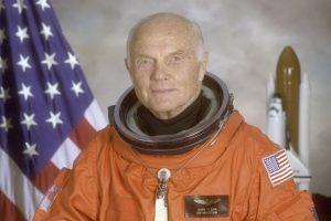 Mirė JAV kosmoso pionierius J. Glennas