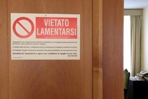 """""""Skųstis draudžiama"""" – skelbia užrašas prie popiežiaus Pranciškaus apartamentų"""