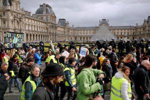 """Prancūzijoje 17 savaitgalį iš eilės protestuoja """"geltonosios liemenės"""""""