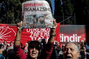 Turkijos teismas nuteisė kalėti 25 su F. Gulenu siejamus žurnalistus