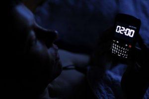 Naudojimasis išmaniuoju telefonu tamsoje galimai sukėlė laikiną aklumą