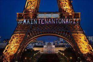 Paryžiuje ypatingu Eifelio bokšto apšvietimu pagerbiamos moterų teisės