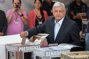 """Meksikai balsuojant, rinkimų favoritas """"AMLO"""" žada politikos posūkį"""