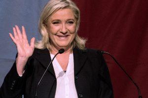 Prancūzija: M. Le Pen partija apklausose aplenkė E. Macrono judėjimą