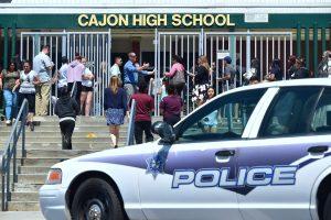 Kalifornijoje per išpuolį pradinėje mokykloje žuvo du suaugusieji ir vaikas