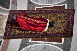 Popiežius dalyvavo Didžiojo penktadienio mišiose, prisimindamas Jėzaus kančią