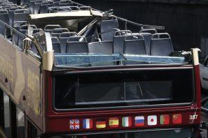 Paryžiuje turistų autobusui stogu kliudžius tiltą, sužeisti 4 žmonės