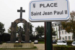 Lenkai  – prieš prancūzų planus nuimti kryžių nuo Jono Pauliaus II statulos