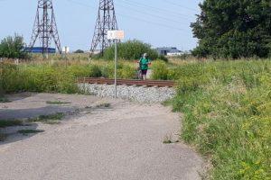 Policija baus neatsargiai bėgiais vaikštančias moteris