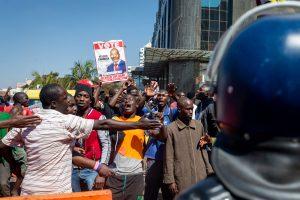 Riaušės Zimbabvės sostinėje pareikalavo žmonių aukų
