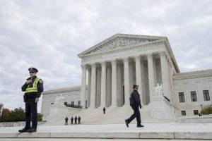 85 metų JAV Aukščiausiojo teismo teisėjai lūžo trys šonkauliai