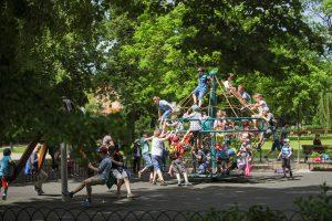 Dėl netinkamai įrengtų sūpynių sostinės parke – nuolatinės mažamečių traumos