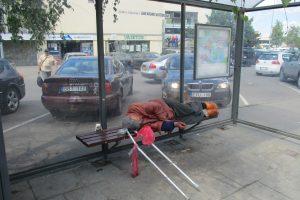 Stotelėje miegantis dvokiantis vyras išbaidė laukiančius troleibusų